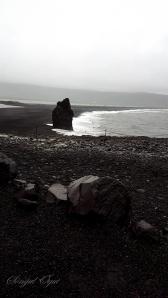 """Dyrholaey Sahili, sahilde bulunan kayalık """"Kartal Kayası"""" olarak biliniyor. Uzun yıllar önce bu kayalığa yuva yapan bir kartaldan almış adını"""