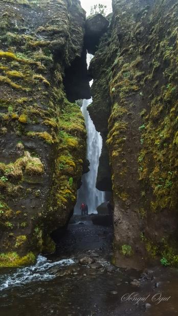Seljalandsfoss'un bulunduğu bölgedeki patika yoldan devam edince karşınıza Fransız burnu diye bilinen kayalıklardan dökülen Gljúfrabúi şelalesi çıkıyor. Burada su geçirmez kıyafetlere ihtiyacınız olacak ;)